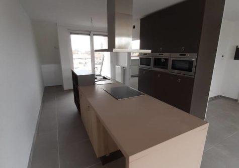 Heel ruim duplexappartement met 3 slaapkamers nabij station Evergem