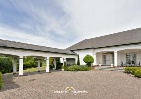 Statige villa met 20 paardenstallen op perceel van bijna 2 hectare groot