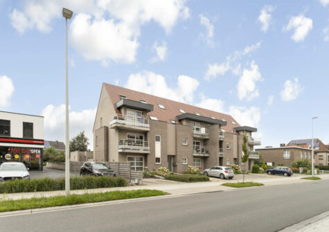 Ruim duplexappartement met 2 kamers, garage en terras in Evergem centrum