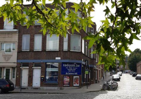 Opbrengsteigendom met 1 handelspand en 2 appartementen aan binnenring / Bijlokesite Gent